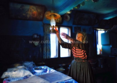 Costas_Dumitrescu - Matusa titiana aprinzand lampa - Sacel