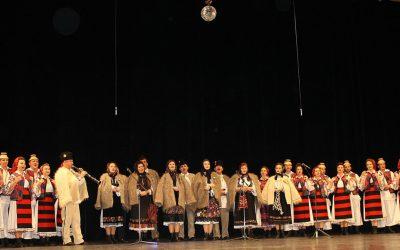 """Ansamblurile folclorice """"Flori din Maramureș"""" din Baia Mare și """"Măgura """" din Cernești – cu colinde în țară"""